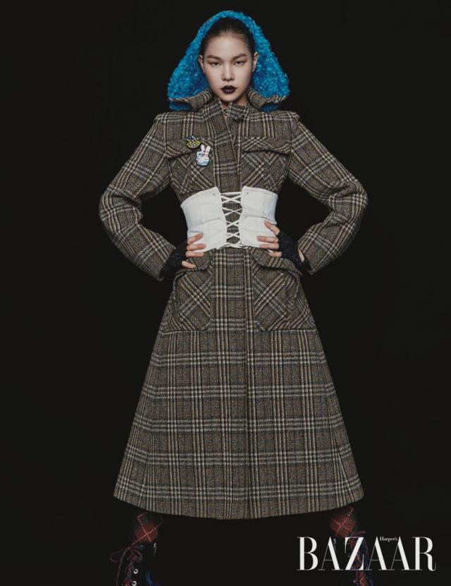 코트, 뷔스티에, 니트 타이츠는 모두 Prada, 브로치와 트위드 장갑은 Chanel 제품.