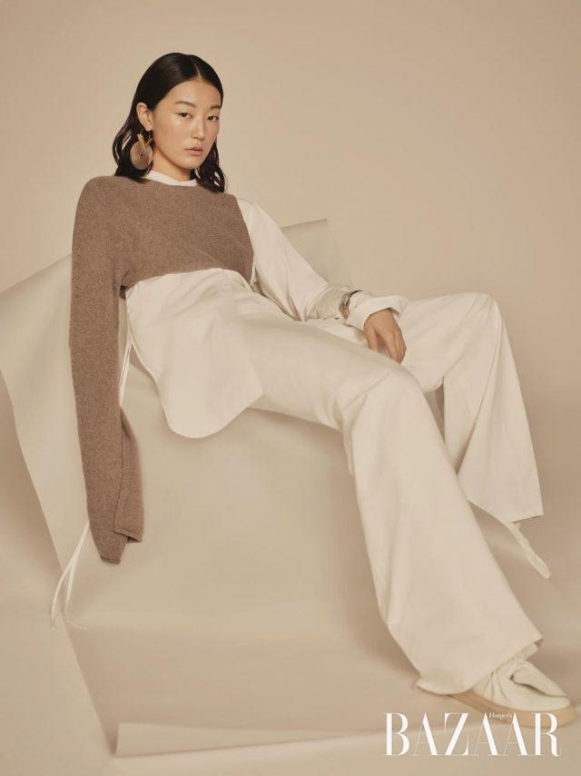 담백한 컬러 플레이에는허리선을 강조할 것.비대칭적인 롱 슬리브니트, 구조적인 디자인의 화이트 셔츠,와이드 팬츠, 가죽 소재 슬립온은 모두Ports 1961, 싱글 귀고리는1백만원대로 Louis Vuitton,뱅글은 Hermès 제품.