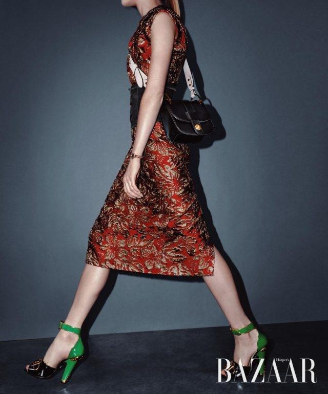 9 The Luxe Fabric 브로케이드 소재로 전통적인 화려함을 더하라. 10 The Cross-Body Bag 두꺼운 스트랩이 가미된 크로스 보디 백은 이번 시즌 옷장의 머스트 해브 아이템이다. 드레스, 코르셋, 백, 슈즈는 모두 Prada 제품.