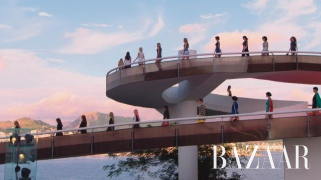 나선형 계단을 따라 내려오는 모델 군단은 미래에서 온 여전사를 연상케 했다