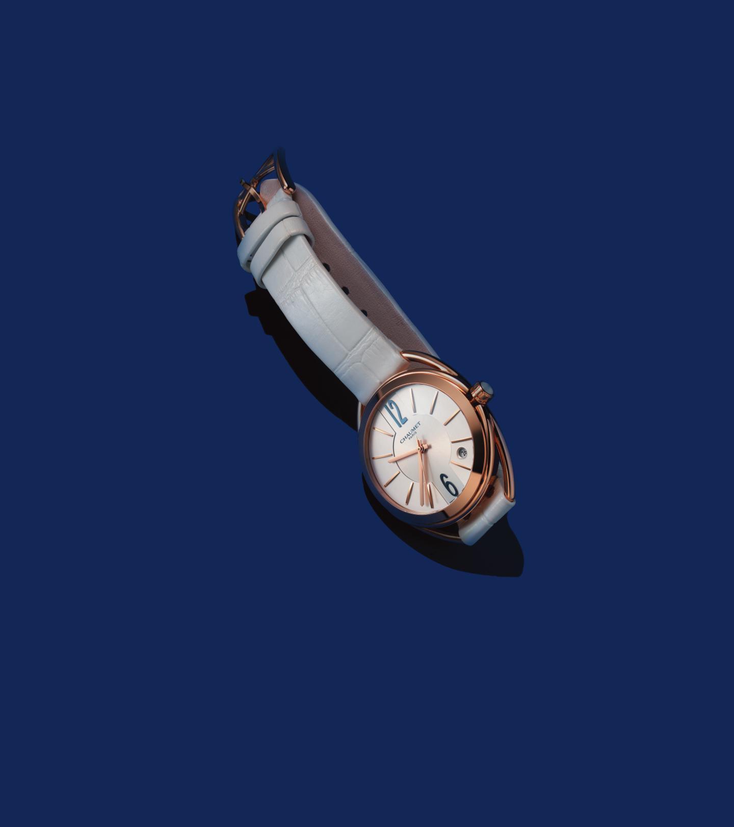 모던한 디자인의 악어가죽 스트랩 시계는 1천8백70만원으로  <strong>Chaumet</strong>