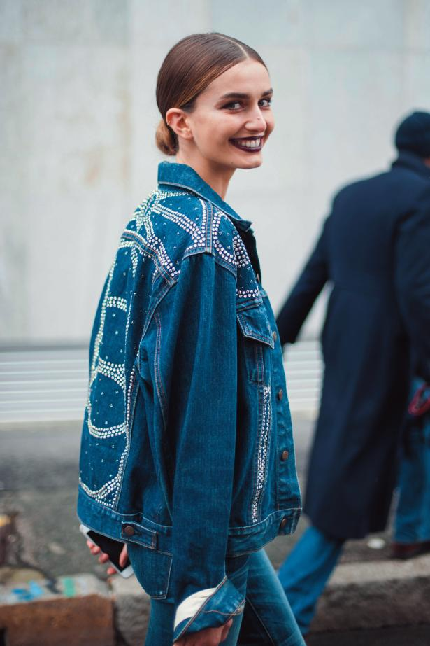 시퀸 장식이 가미된 데님 재킷과 팬츠를 입은 모델 안드레아 디아코누