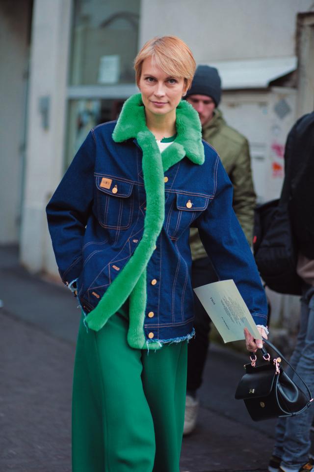 칼라 부분에 퍼 트리밍을 첨가한 빈티지 리바이스 재킷을 입은 패피