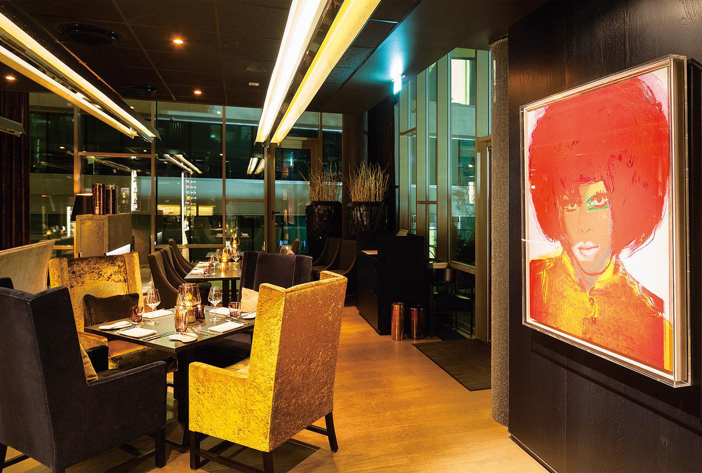 레스토랑에 걸려 있는 앤디 워홀의 작품