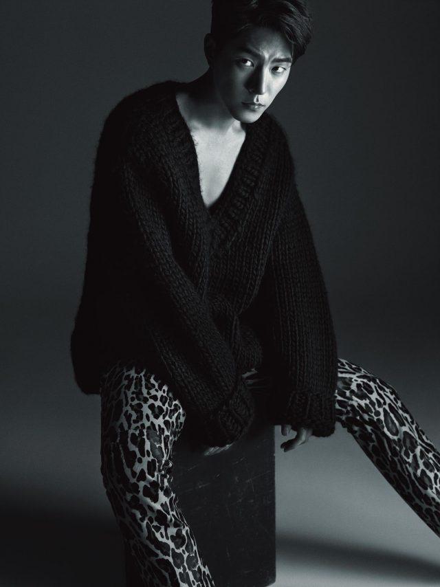 니트와 호피 무늬 팬츠는 모두 Kimseoryong Homme 제품.