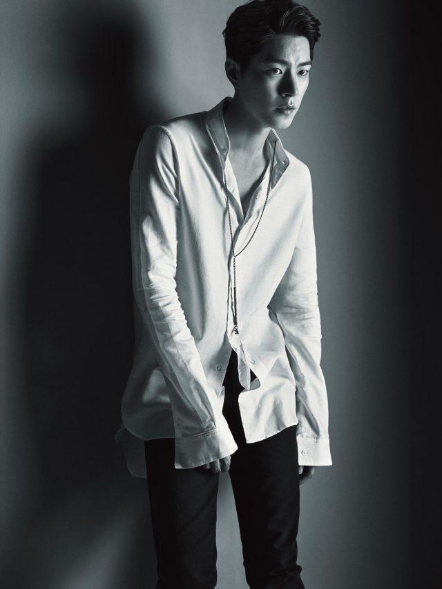 셔츠, 팬츠, 목걸이는 모두 Ann Demeulemeester 제품.