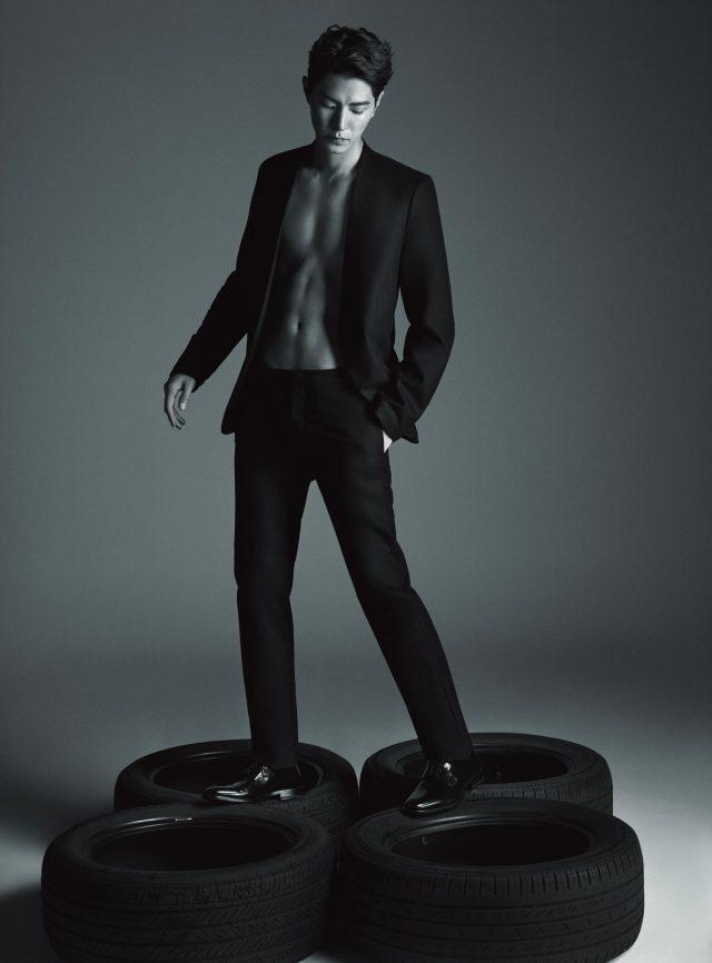 재킷과 팬츠는 모두 Maison Margiela, 신발은 Saint Laurent 제품.