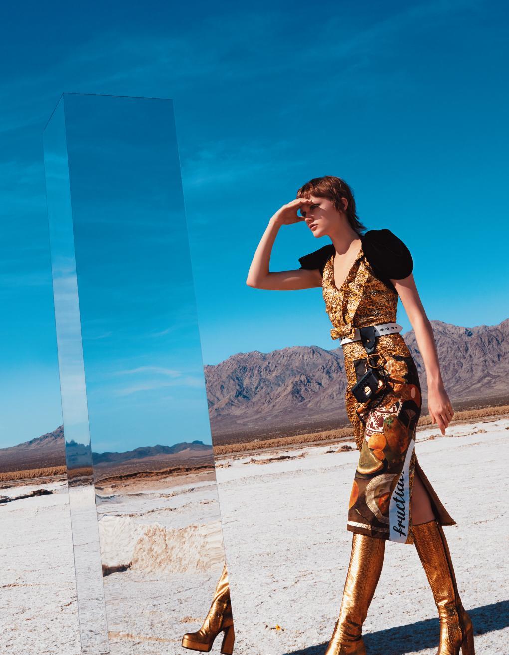 : 드레스, 하니스, 벨트, 키 체인은 모두 Prada, 부츠는 Roberto Cavalli 제품.