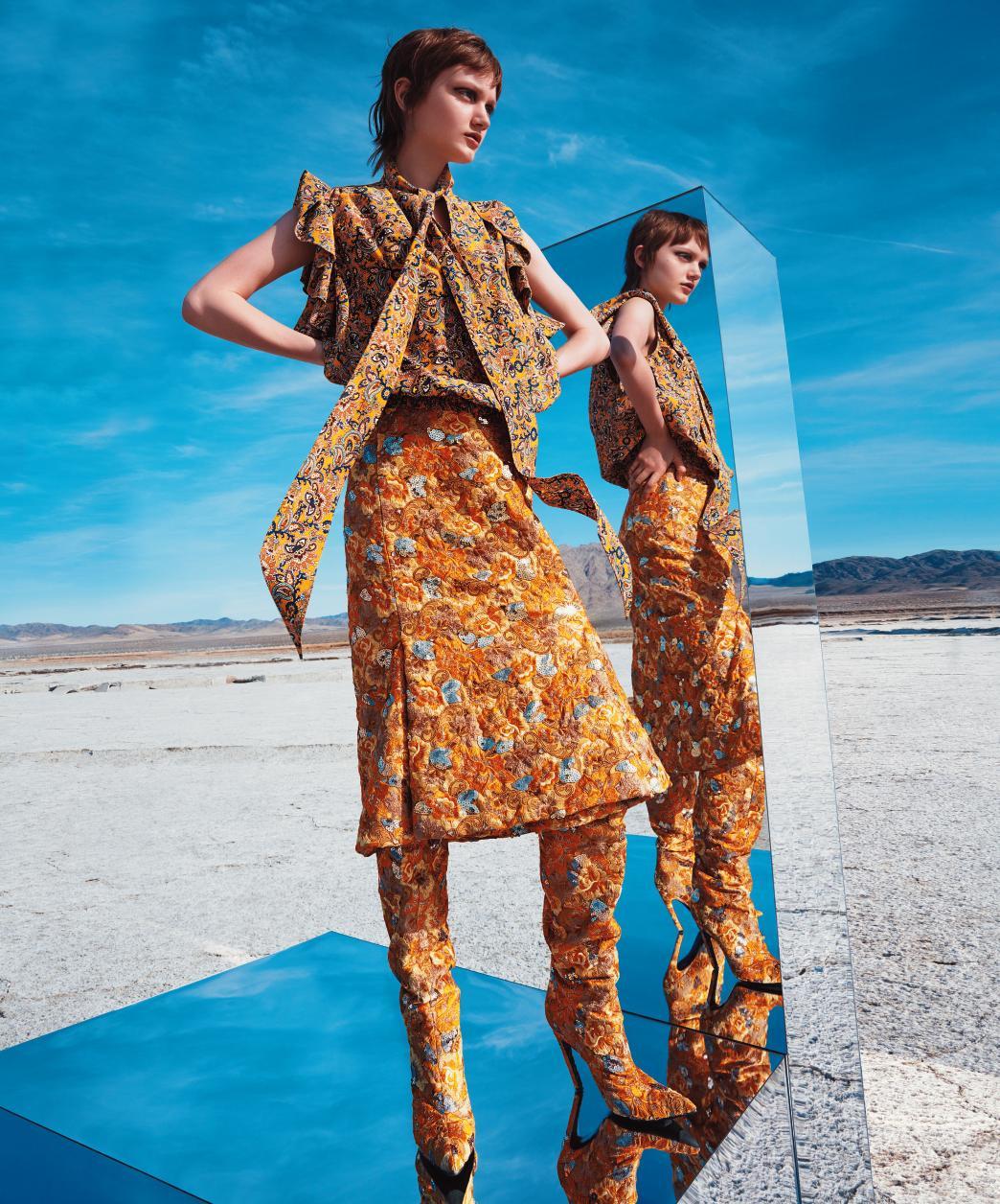 톱, 스커트, 부츠는 모두 Balenciaga 제품.