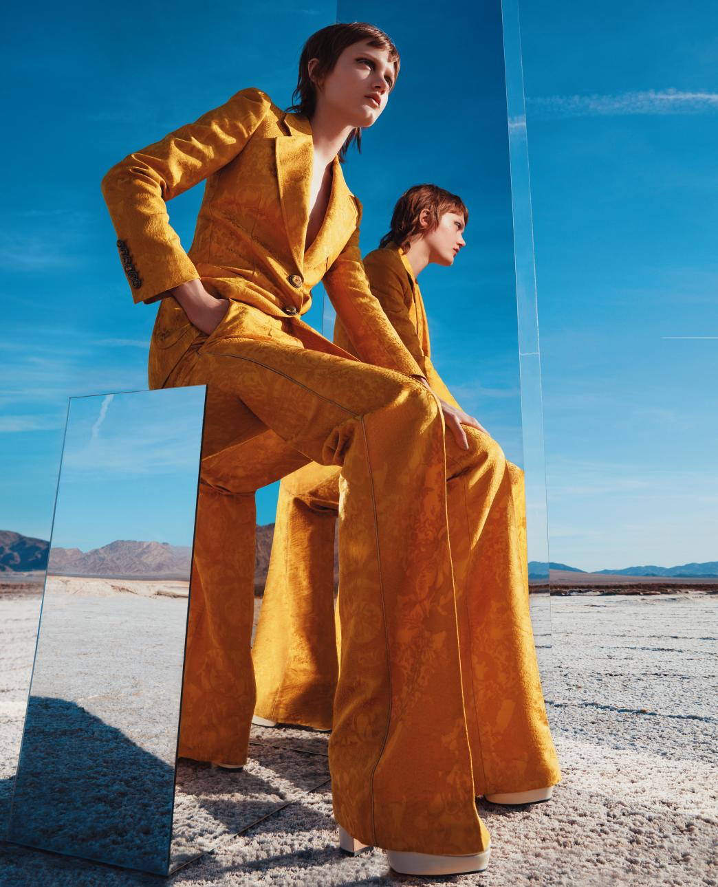 재킷과 팬츠는 Roberti Cavalli, 부츠는 Gucci 제품.