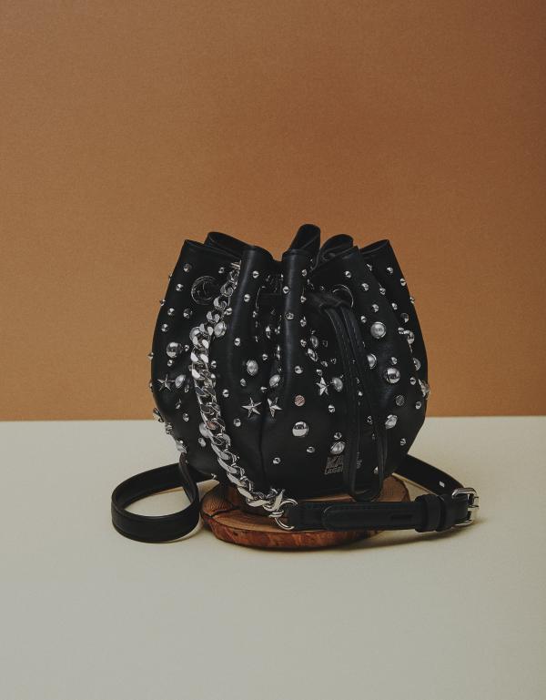 다양한 형태의 메탈 스터드와 진주가 장식된 버킷 백은 54만원으로 Karl Lagerfeld