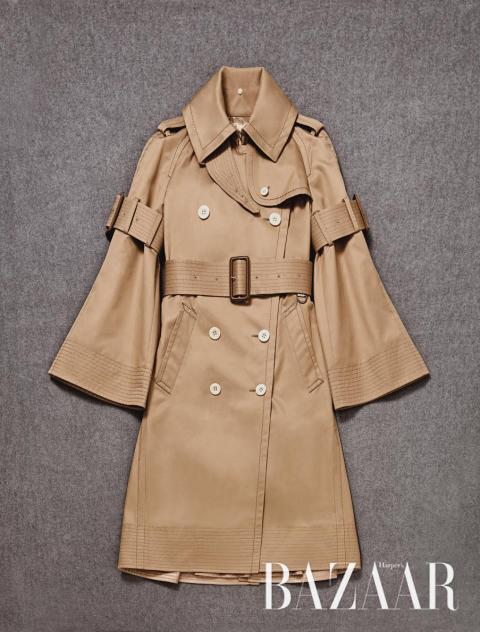 클래식한 실루엣에 벨 소배로 면주를 준 사카이의 트렌치 코트