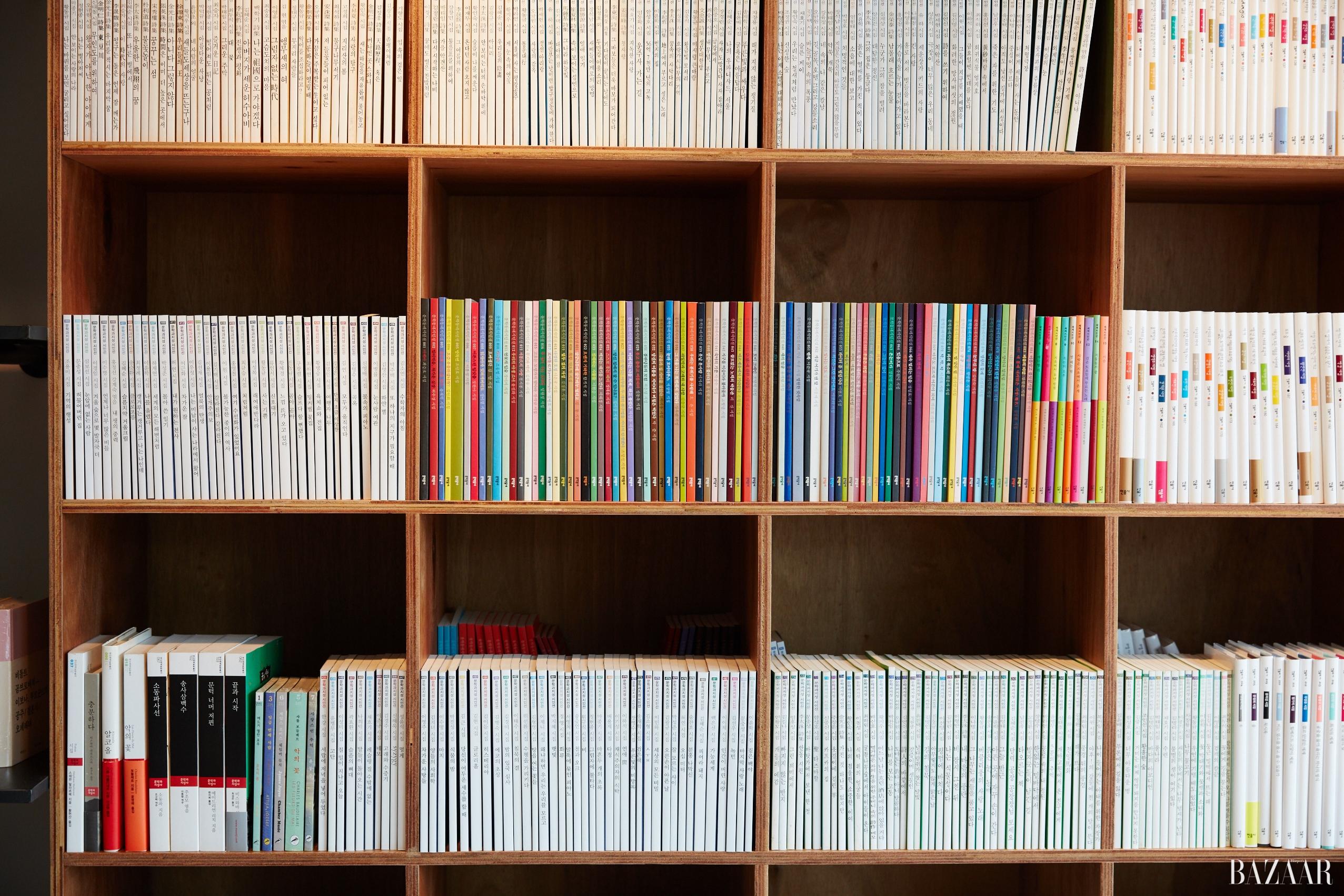 두 명의 작가가 두 곳의 전문 서점을 탐문했다. 추리소설 전문 서점 미스터리 유니온과 시집 전문 서점 위트 앤 시니컬에서 보낸 시간.