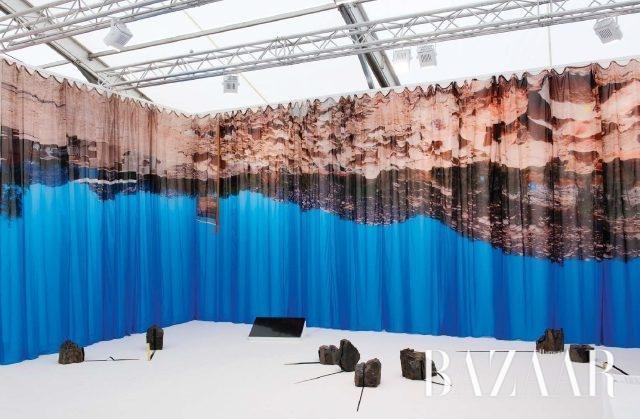 현대미술을 다루는 프리즈 런던의 프로젝트 88 갤러리 부스. 인도 작가 네하 코크시(Neha Choksi)의 'Blank Invitation'(2016) 전시 전경