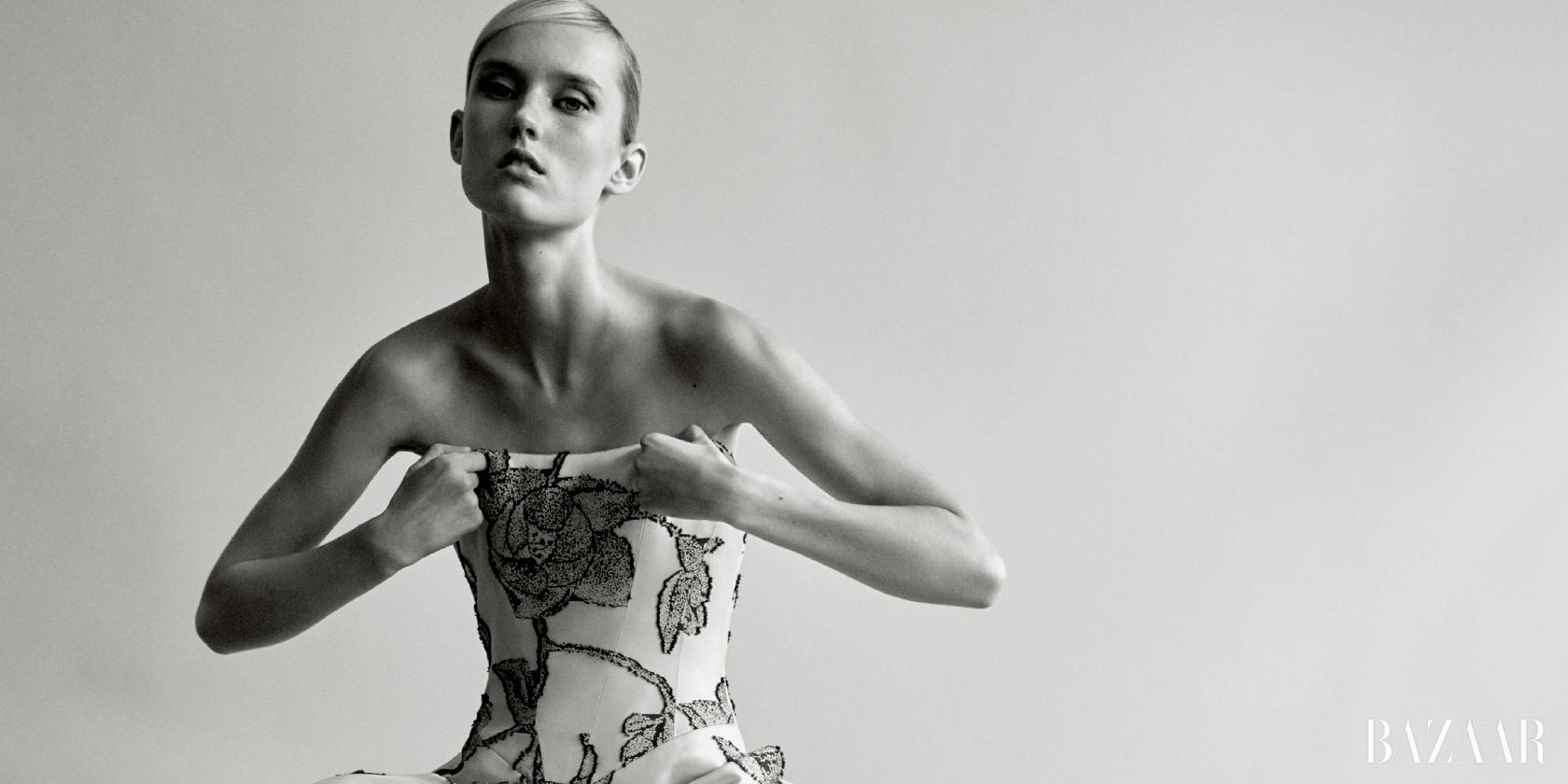 디자이너 캐롤리나 헤레라가 패션 디자이너로서 35주년을 기념하는 새로운 책 출간과 함께 여배우 르네 젤위거에게 자신의 길을 구축하는 것과 앞으로의 계획에 대해 이야기한다.