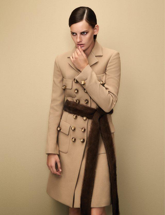 클래식한 실루엣과 금장 단추가 어우러진 밀리터리 코트, 밍크 소재 벨트는 모두 가격 미정으로 Michael Kors Collection 제품