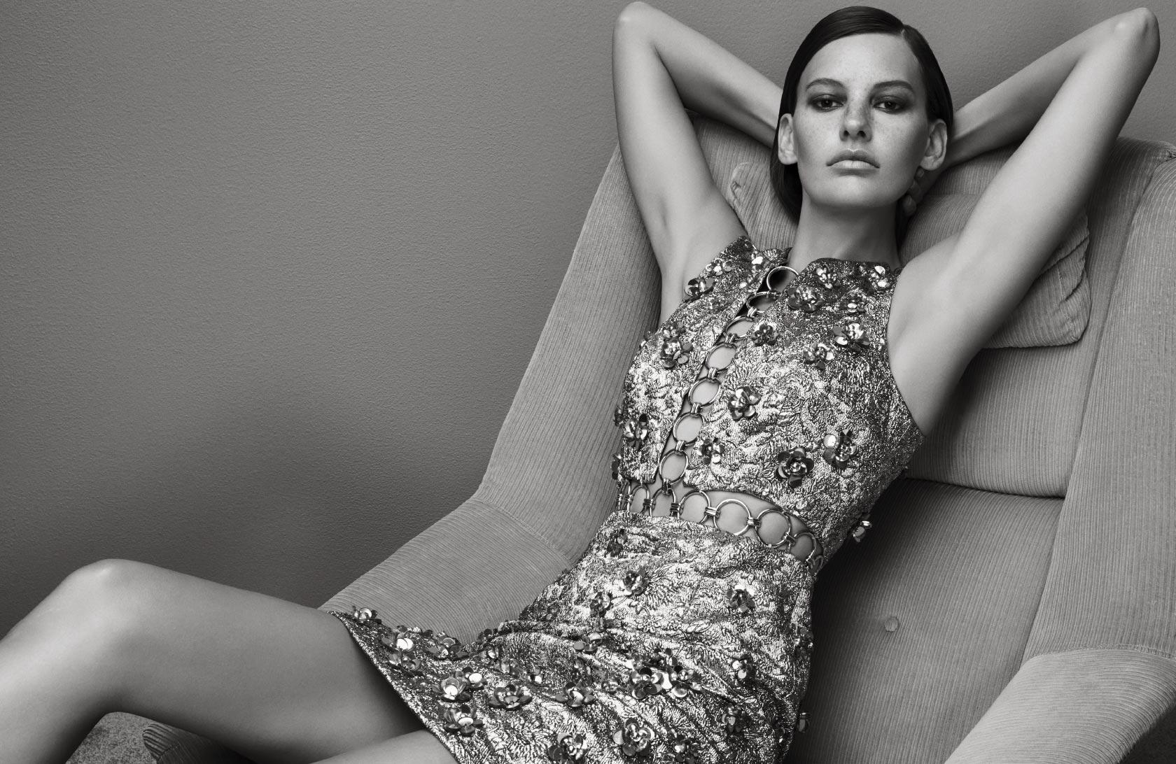장식적인 드레스 한 벌에는 다른 액세서리가 필요 없다. 비즈와 메탈 장식이 더해진 자카드 소재 드레스는 가격 미정으로 Michael Kors Collection 제품.