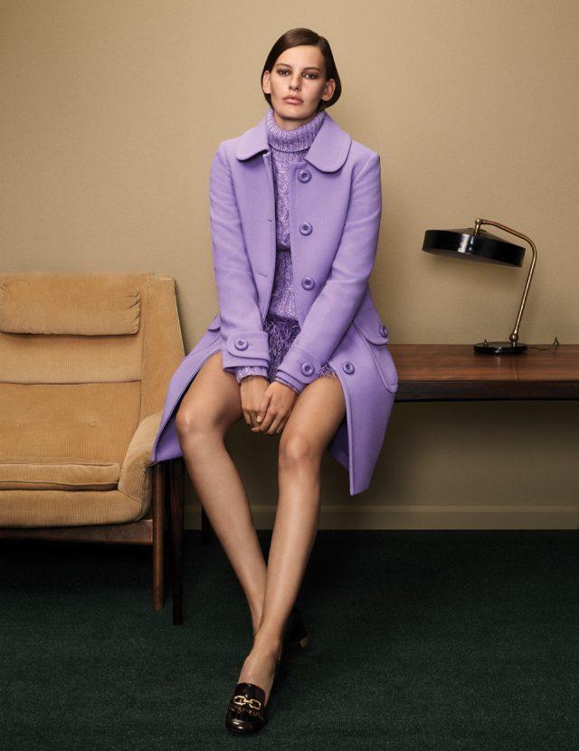 베이식한 터틀넥 스웨터는 3백40만원, 페미닌한 컬러와 디테일이 어우러진 코트는 4백20만원, 깃털 장식 스커트와 클래식한 로퍼는 가격 미정으로 모두 Michael Kors Collection 제품