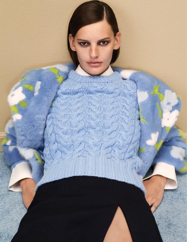 플라워 패턴이 가미된 퍼 코트는 2천5백40만원, 굵은 짜임의 스웨터는 2백40만원, 베이식한 셔츠는 1백만원, 슬릿 스커트는 1백20만원으로 모두 Michael Kors Collection 제품.