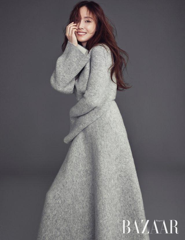 오버사이즈 니트 드레스는 Hermès 제품.