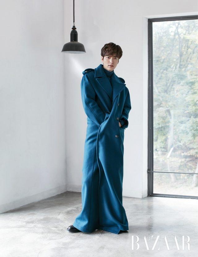 오버사이즈 롱 코트, 니트 터틀넥 톱은 모두 Balenciaga 제품.