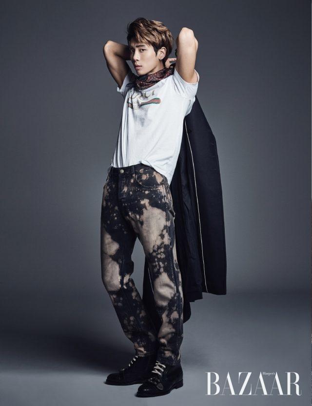 밀리터리 코트는 Andrea Pompilio, 로고 티셔츠, 나염 팬츠, 레이스업 워커는 모두 Gucci, 스카프는 Salvatore Ferragamo 제품.