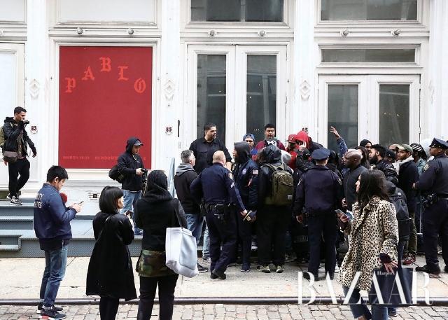 뉴욕 팝업 스토어 앞에서 '라이프 오브 파블로'의 제품을 구하기 위해 몇 시간 동안 줄을 선 카니예 웨스트의 팬들