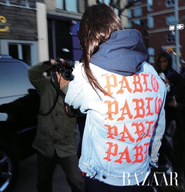 'PABLO PABLO PABLO PABLO' 재킷을 입은 켄달 제너