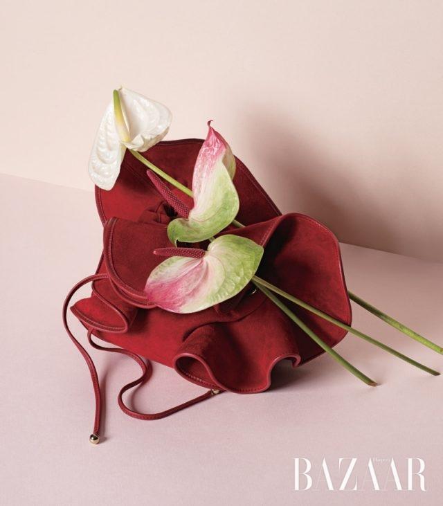 붉게 물든 꽃잎이 연상되는 버킷 백은 2백만원대로 Nina Ricci by BOONTHESHOP