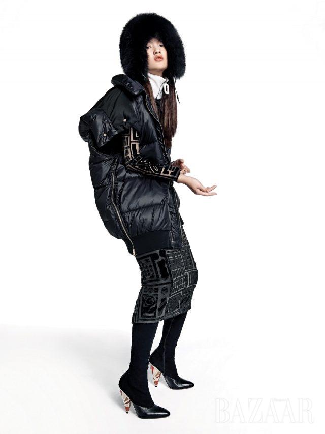 부피감을 두려워 말라. 집업 패딩 베스트는 1백79만원으로 Stella McCartney, 벨벳 시스루 드레스는 Burberry, 퍼 모자는 3백69만원으로 Moncler, 넥 워머는 33만원으로 J.W Anderson by BOONTHESHOP, 스웨이드 부츠는 Givenchy by Riccardo Tisci 제품.