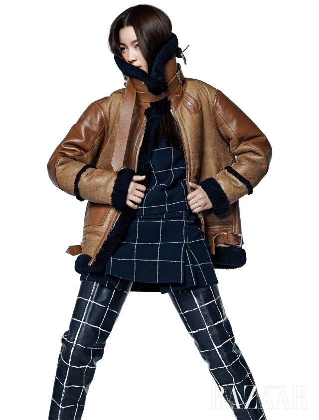 부피감을 두려워 말라. 하이넥 무톤 재킷, 체크 톱, 스커트, 오버사이즈 사이하이 부츠는 모두 Balenciaga 제품.