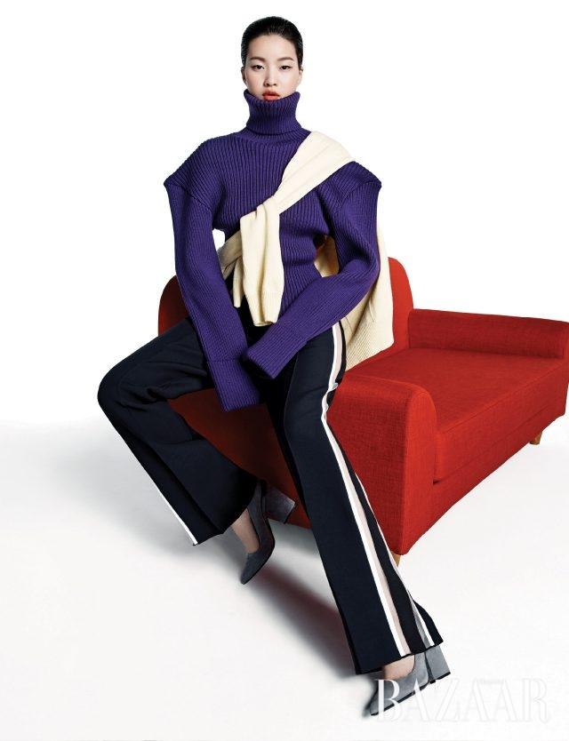 스트라이프 패턴과 과장된 실루엣의 만남. 조형적인 실루엣의 터틀넥 톱은 89만원으로 Jacquemus by Mue. 어깨에 두른 롱 카디건은 1백50만원대로 Miu Miu. 시스루 스트라이프 팬츠는 1백79만원으로 Fendi, 스웨이드 펌프스는 Hermès, 화보에 계속 등장하는 레드 소파는 Mobel Carpenter 제품.