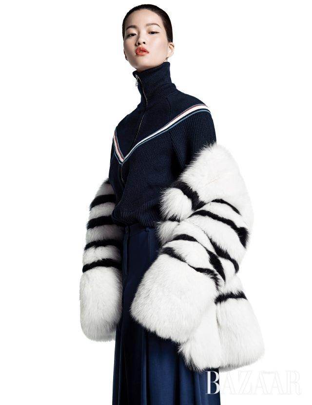 화이트 컬러는 입체적인 형태감을 강조해준다. 스트라이프 폭스 퍼 재킷은 3백90만원으로 Jalouse, 집업 니트는 1백12만원으로 Moncler, 와이드 팬츠는 2백21만원으로 Michael Kors Collection 제품.
