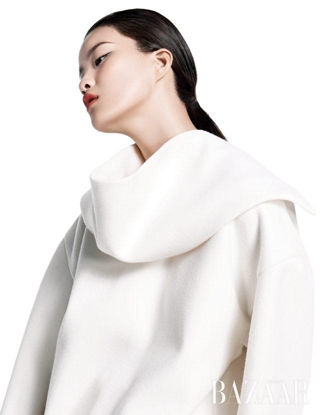 화이트 컬러는 입체적인 형태감을 강조해준다. 오버사이즈 터틀넥 톱은 Jil Sander 제품.