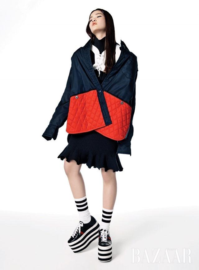 레드 컬러로 경쾌함을 더하라. 퀼팅 포켓 재킷은 2백60만원대로 Prada. 러플 터틀넥 톱은 가격 미정, 플레어 헴 라인의 니트 스커트는 1백59만원으로 모두 Lanvin, 스트라이프 플랫폼 스니커즈는 1백9만원으로 Gucci, 레이스업 어깨 보호대와 양말은 에디터 소장품.