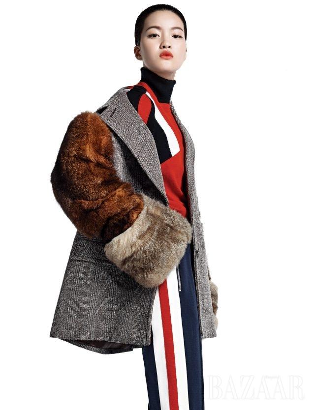 비비드한 컬러 블로킹은 스포티한 감성을 가미해준다. 퍼 슬리브 오버사이즈 재킷은 Prada, 컬러 블록 패턴의 니트 톱은 Neil Barrett, 트레이닝 팬츠는 29만8천원으로 Lacoste New York Collection 제품.