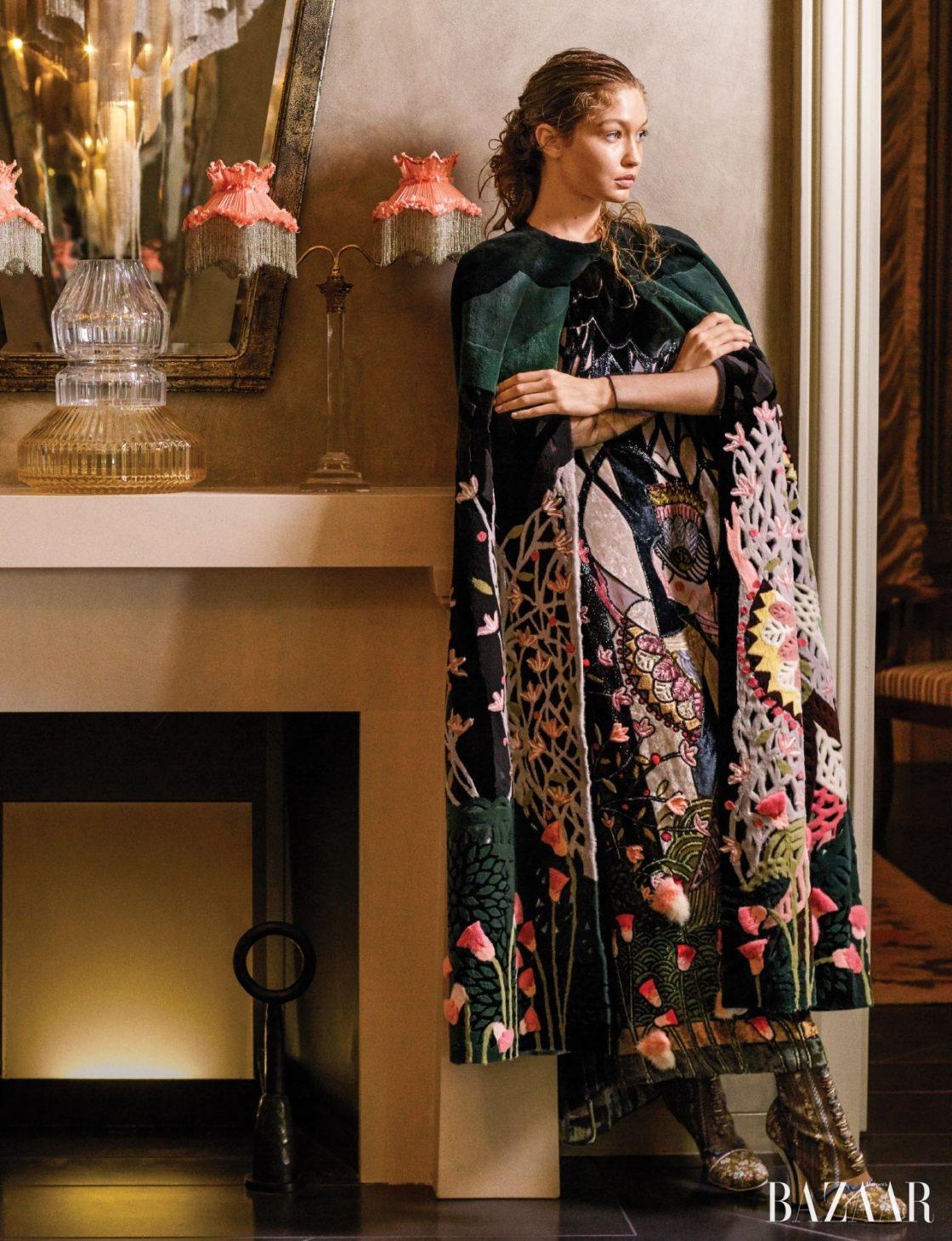 미래를 바라보다.옷과 액세서리는 모두 Fendi Haute Fourrure 제품.