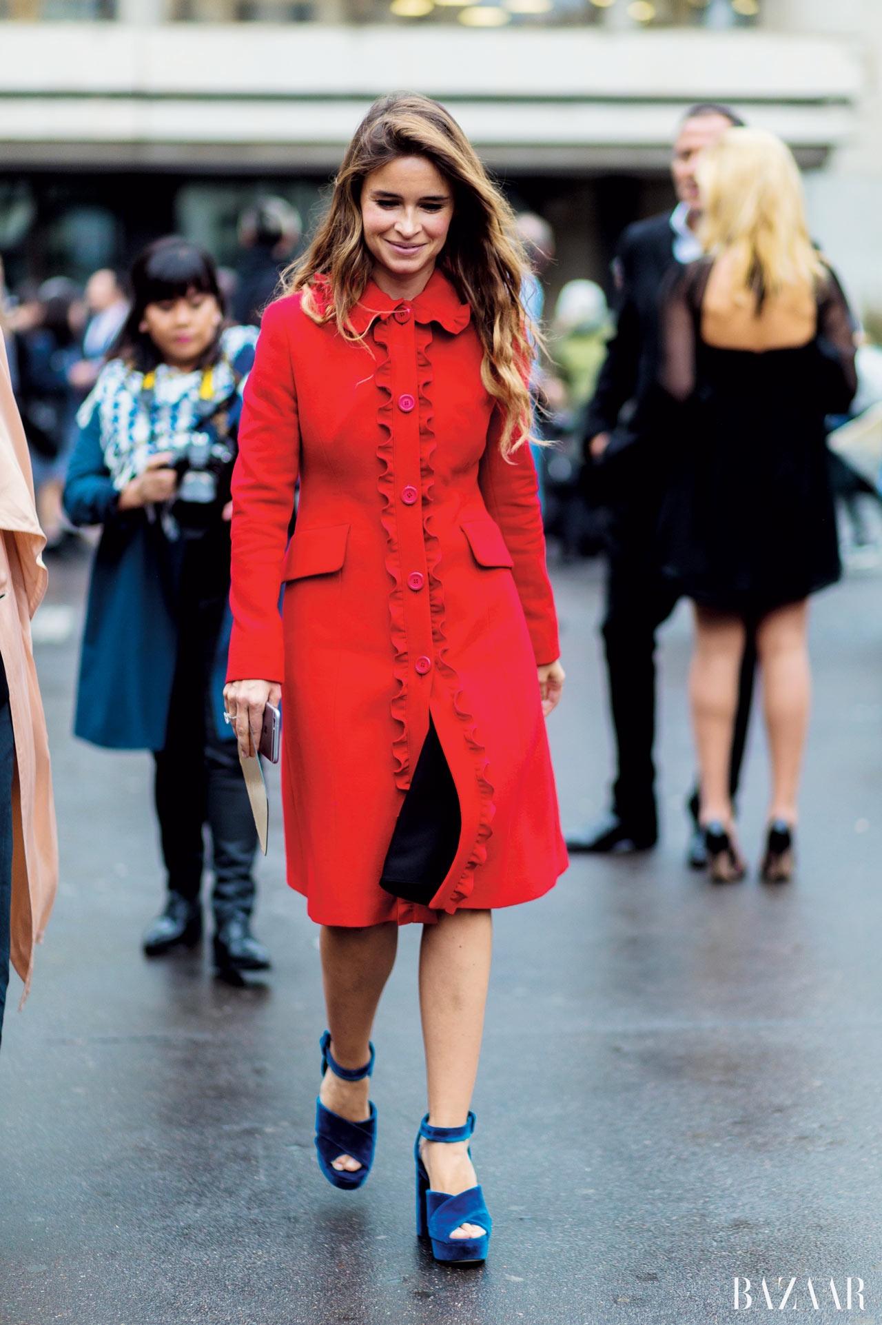 팝한 레드  컬러에 프릴  장식이 돋보이는  코트를 입은  미로슬라바 듀마