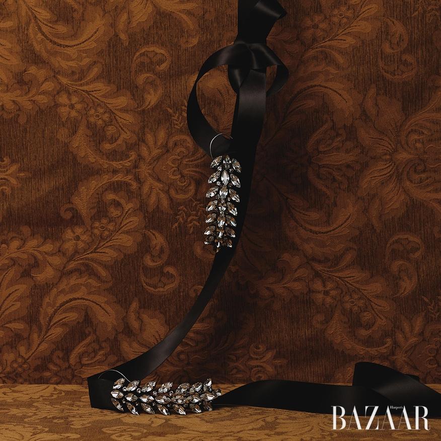 이어커프가 결합된 볼드한 크리스털 귀고리는 가격 미정으로 <strong>Balenciaga</strong>