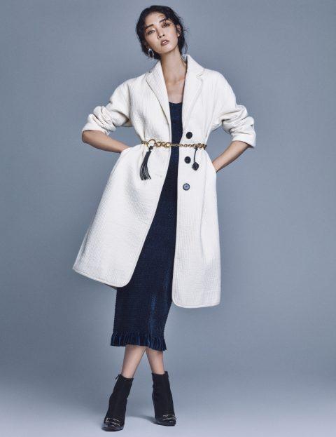 코트는 34만8천원, 슬립 드레스는 32만8천원으로 모두 Low Classic, 언밸런스한 귀고리는 10만원으로 Numbering, 벨트로 활용한 목걸이는 가격 미정으로 Tod's, 부티는 1백40만원대로 Roger Viver 제품.