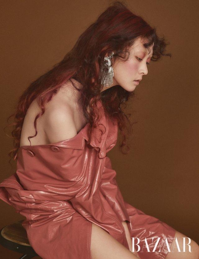 글로시한 램스킨 코트는 Bottega Veneta, 화려한 주얼 장식의 오버사이즈 귀고리는 1백85만원으로 Balenciaga by BOONTHESHOP 제품.