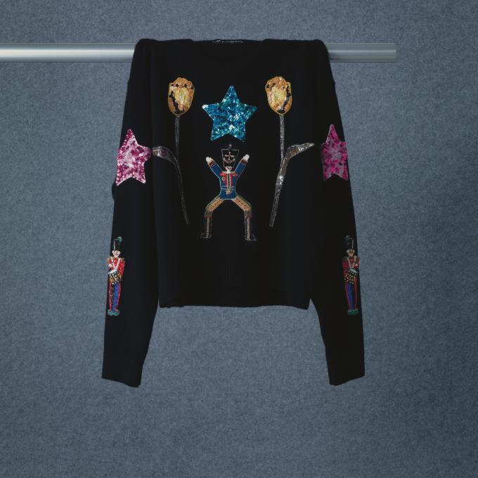 동화 속 병정과 꽃, 별 모티프 장식이 더해진 니트 톱은 73만9천원으로 <strong>Dolce & Gabbana</strong>