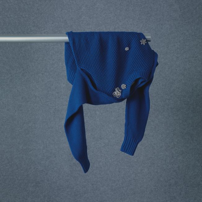 여러 개의 주얼 브로치와 암홀에 컷아웃 디테일을 더한 스웨터는 95만원으로 <strong>Preen by Thornton Bregazzi by Mue</strong>