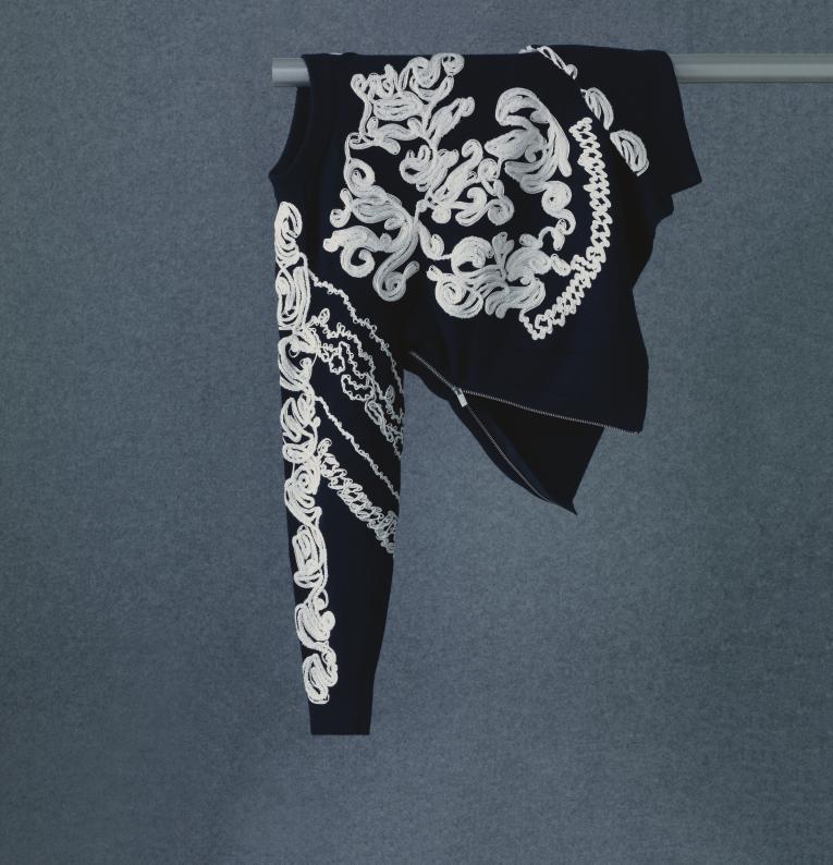 엠브로이더리 장식과 양옆에 슬릿 지퍼 디테일을 더한 스웨터는 1백39만원으로 <strong>Sacai</strong>
