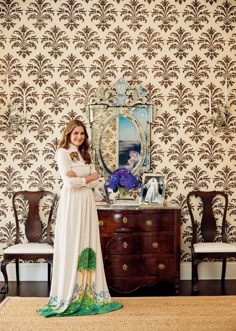 결혼식 사진이 놓여 있는 침실에서에어린 로더. 드레스는 약 $5310로 Gucci 제품.