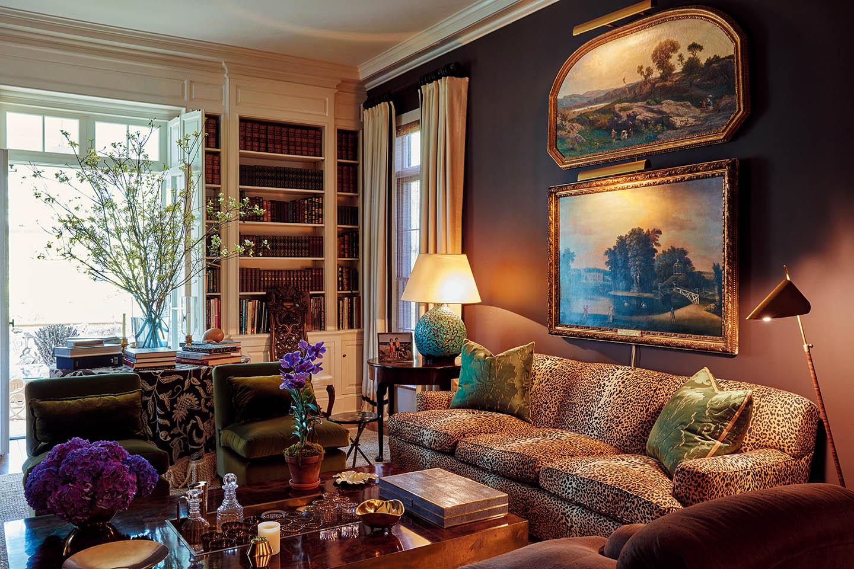 한쪽 벽을 책으로 가득 채운 고풍스러운 분위기의 거실