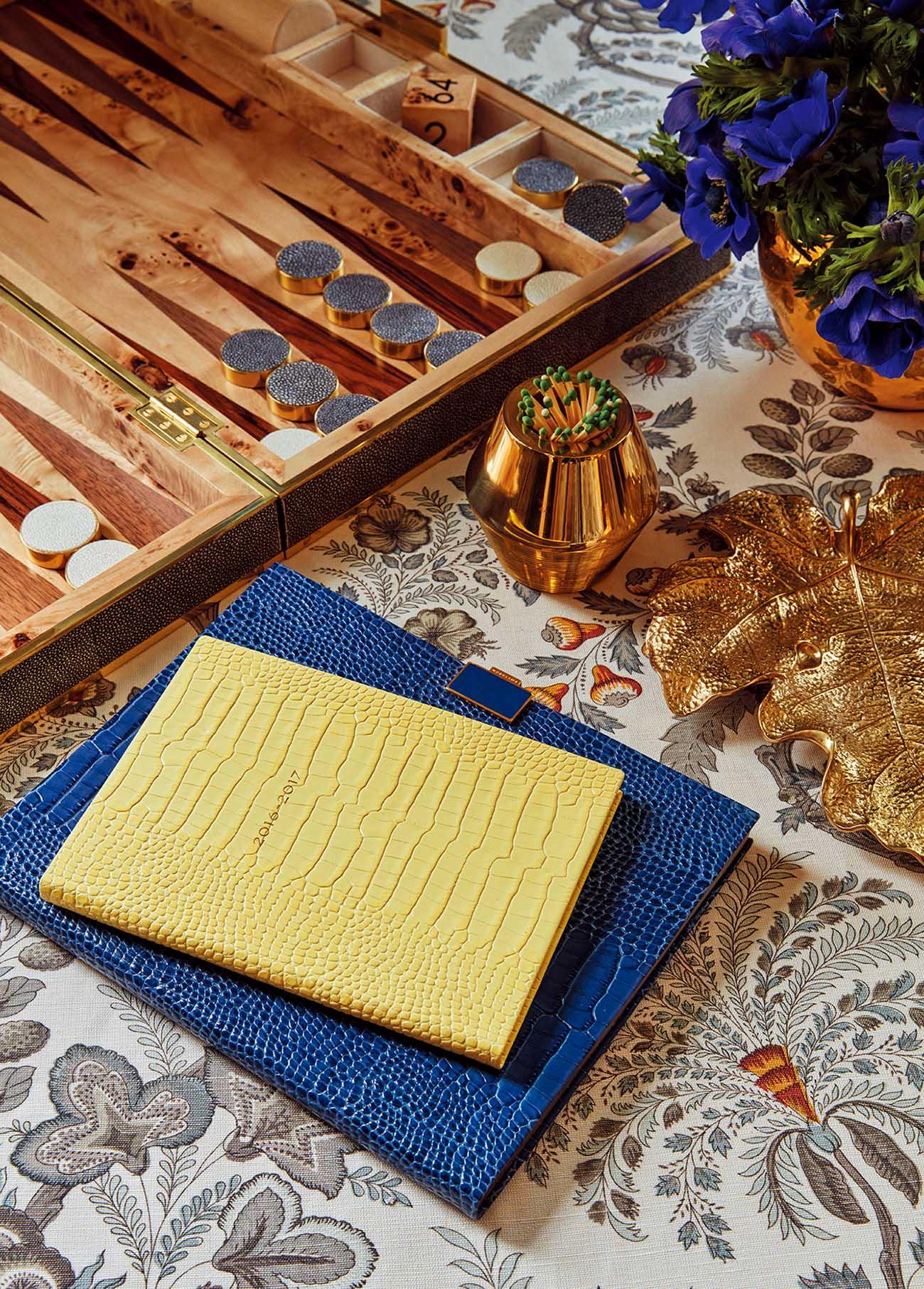 에어린의 주사위 세트, 화분 장식, 메이플 잎사귀 모양의 접시, 성냥이 담긴 소품, 그리고 스마이슨 노트들