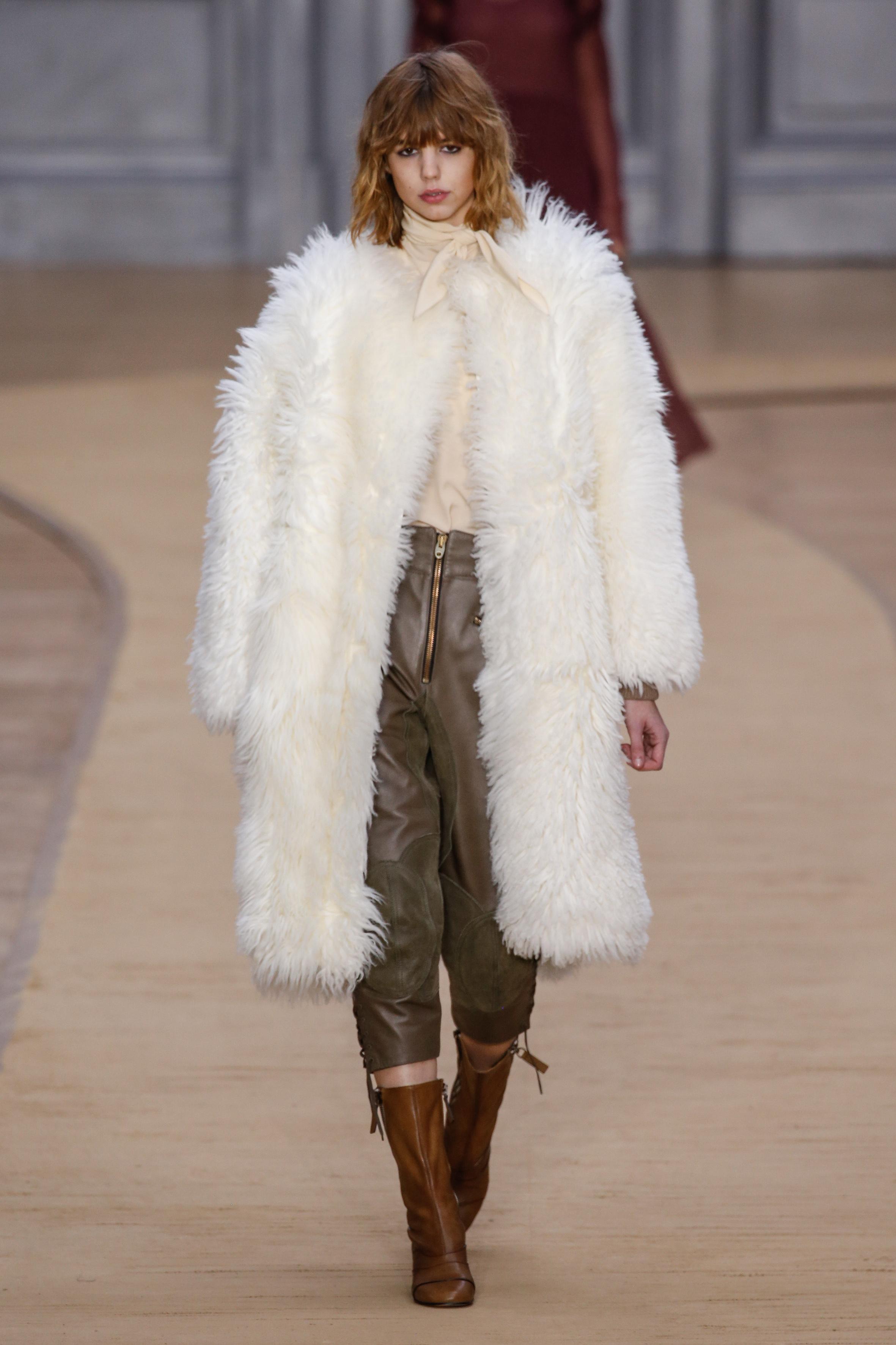 CHLOE 화이트 퍼 코트야 말로 화이트 드레스 코드에 가장 잘 어울리는 아이템일 것이다.