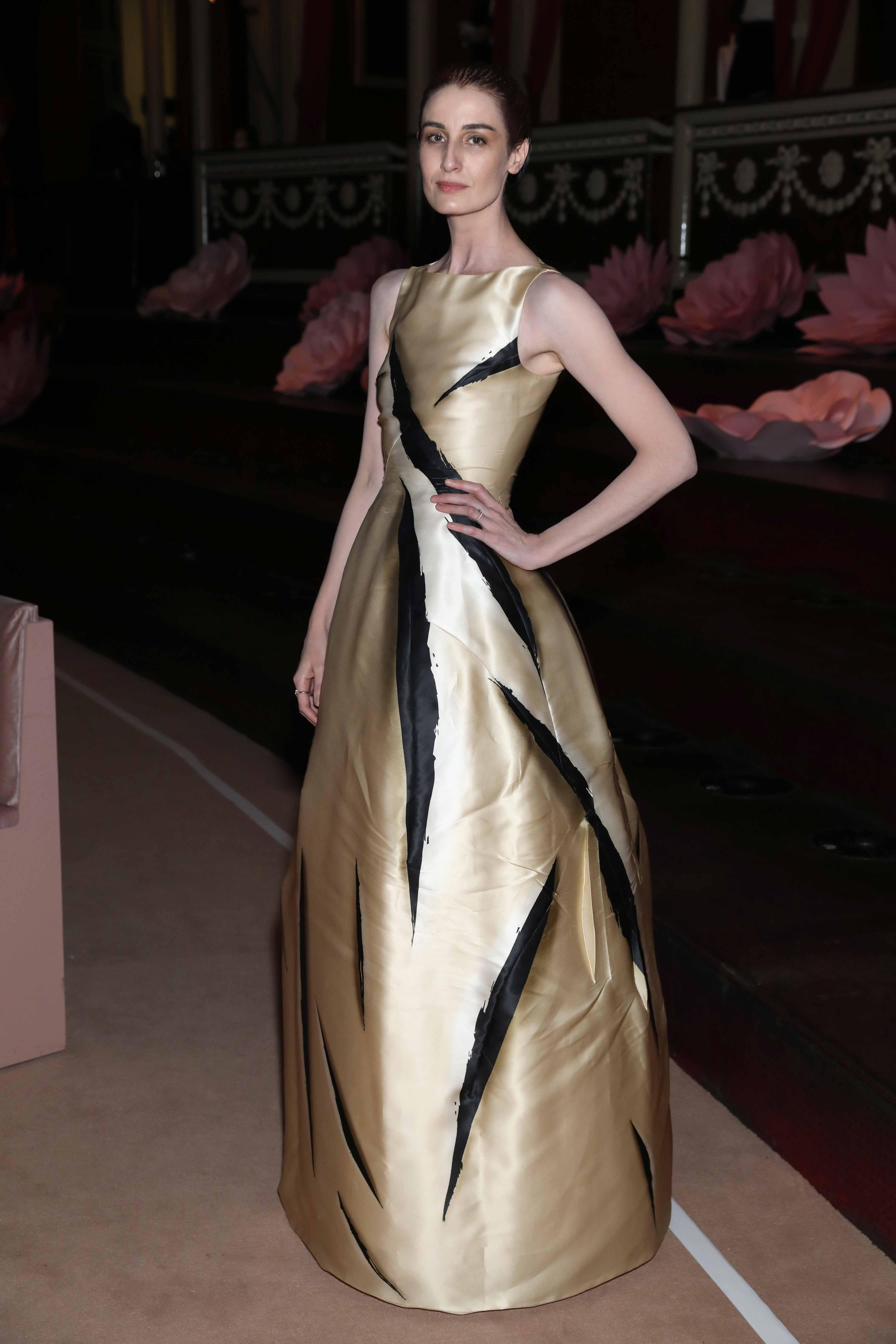 튤립이 연상되는 록산다의 새틴 드레스를 착용한 <strong>에린 오코너</strong>