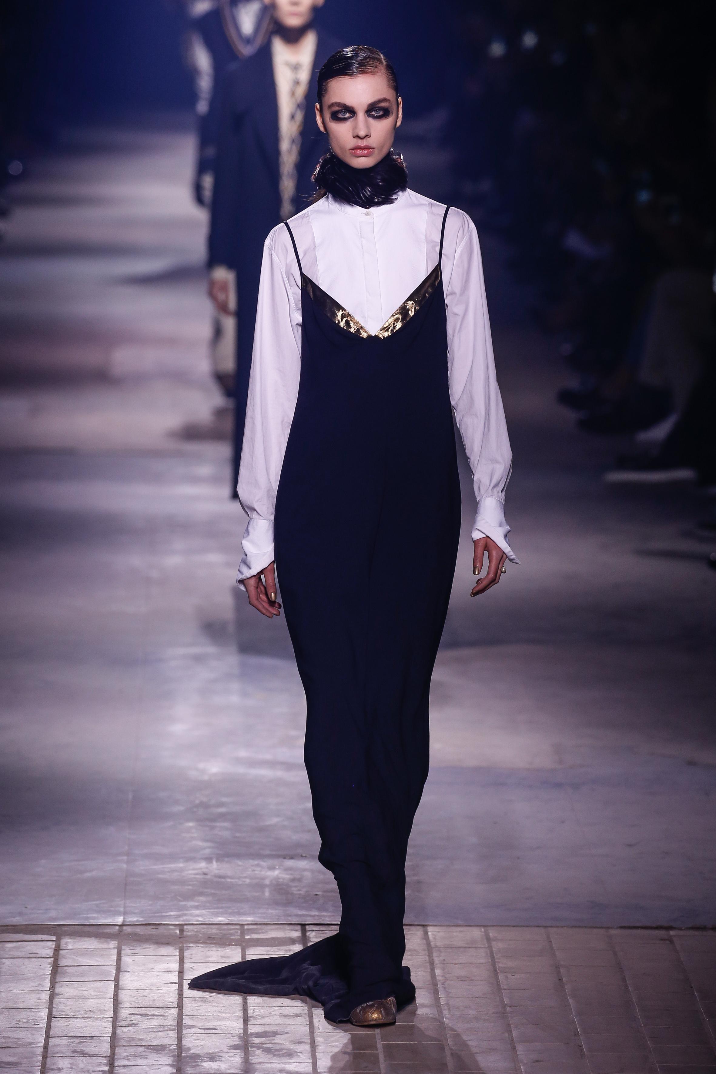 DRIES VAN NOTEN 오히려 블랙 드레스를 선택하고 슬릭한 화이트 셔츠로 슬쩍 드레스 코드를 지켜주는 센스.